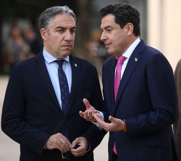 El portavoz andaluz, Elías Bendodo (i), junto al presidente, Juanma