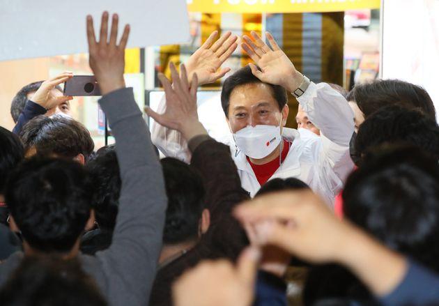 오세훈 국민의힘 서울시장 후보가 6일 서울 서대문구 신촌거리에서 열린 마지막 거리유세에서 지지를 호소하고