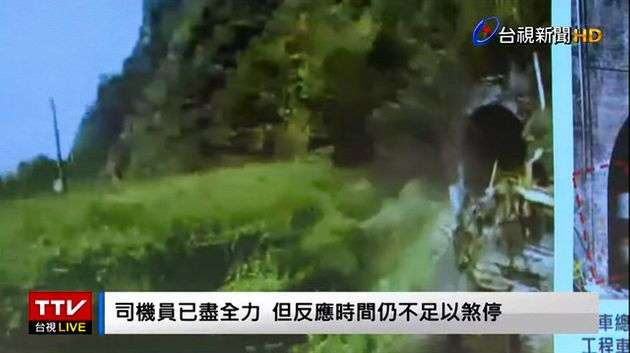 台湾・花蓮県の列車脱線事故で、特急列車と線路上のトラックが衝突する直前の映像。台湾の運輸安全調査委員会が6日、記者会見で列車に据え付けられたカメラの映像を公表した。台湾テレビの映像から