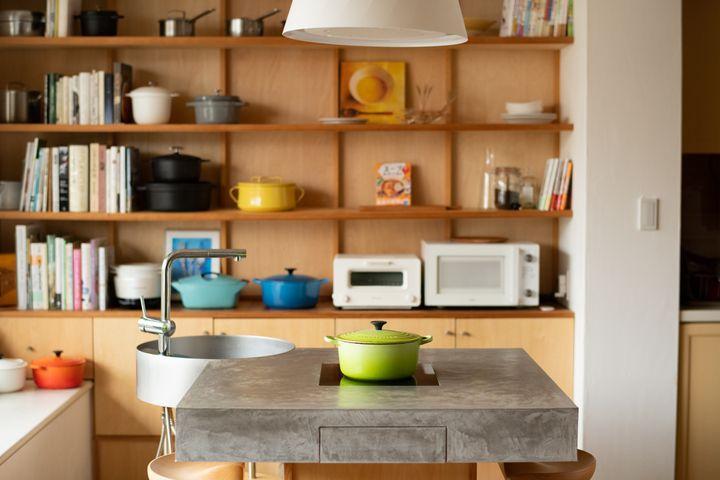 リビングには、有賀さんが開発した新時代のごはん装置「ミングル」がたたずんでいた。ミングルには、水道、IHコンロ、食器洗浄機が組み込まれており、リビングにキッチン機能を持ち込むことで、みんなが料理できる。