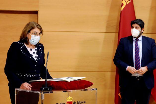 La nueva consejera de Educación y Cultura de Murcia, Mabel Campuzano, jurando su cargo ante el presidente...