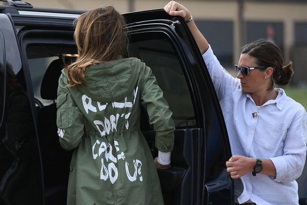 멜라니아 트럼프가 입은'나는 정말 상관없어, 당신은?'라고 쓰인