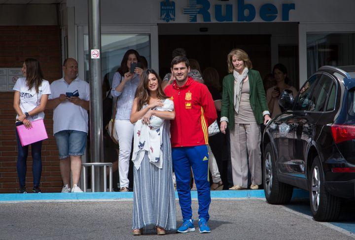 Sara Carbonero e Iker Casillas presentando a su hijo Lucas en junio de 2006.