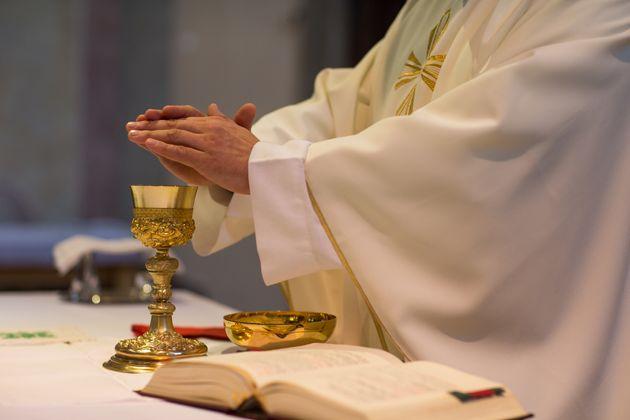 Per un prete siciliano è esagerato denunciare un marito violento.