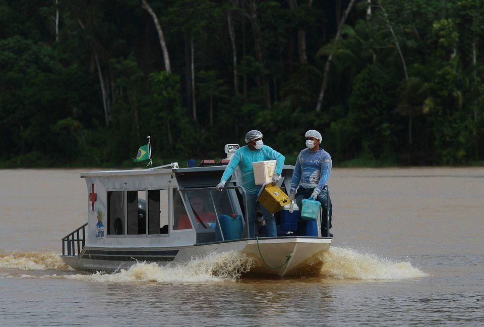 Τα εμβόλια φτάνουν στα πέρατα της Γης με βάρκες, σνόουμομπιλ και