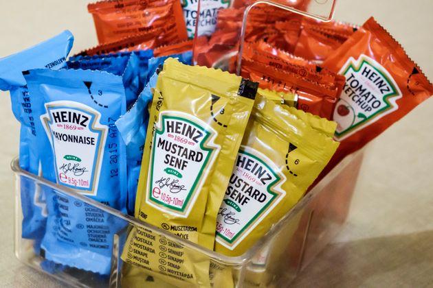 Des sachets de sauces Heinz (photo