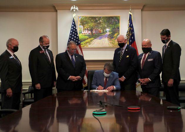 El gobernador de Georgia, Brian Kemp, firma la nueva ley de votación de su