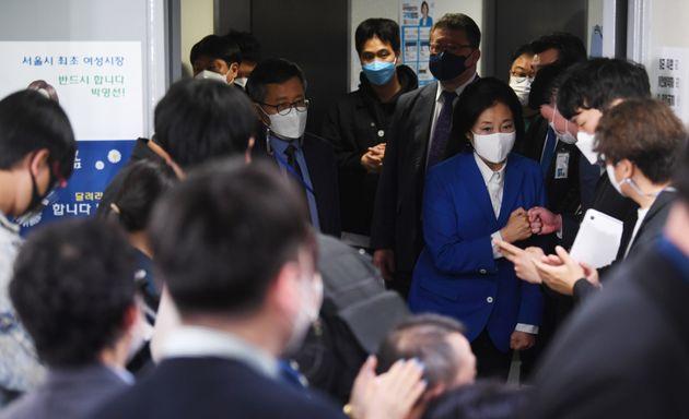 박영선 더불어민주당 서울시장 후보가 7일 오후 서울 종로구 안국동 캠프 사무실을 찾아 지지자들과 인사를 나누고 있다.