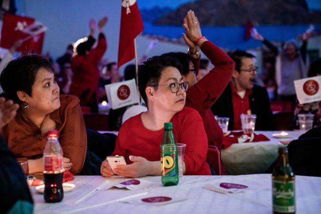 Des membres du parti de IA (Inuit Ataqatigiit), grand gagnant des élections lors de l'attente des résultats...