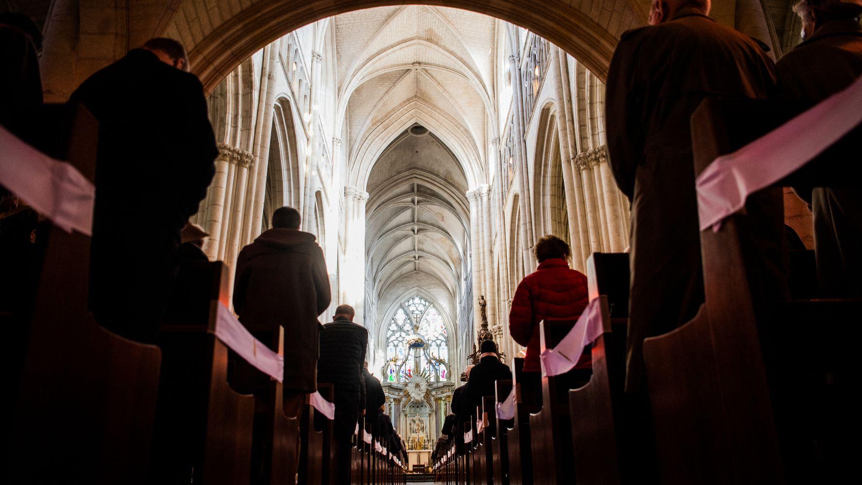 À l'église de Reims, 2 messes de Pâques sans masque ni gestes barrières