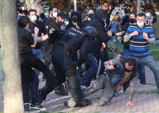 La Policía carga contra los manifestantes congregados en Vallecas para protestar por el acto de...