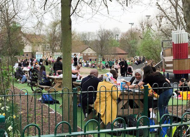 2021年3月31日、大勢の人々でにぎわうロンドン市内の公園=金成隆一撮影