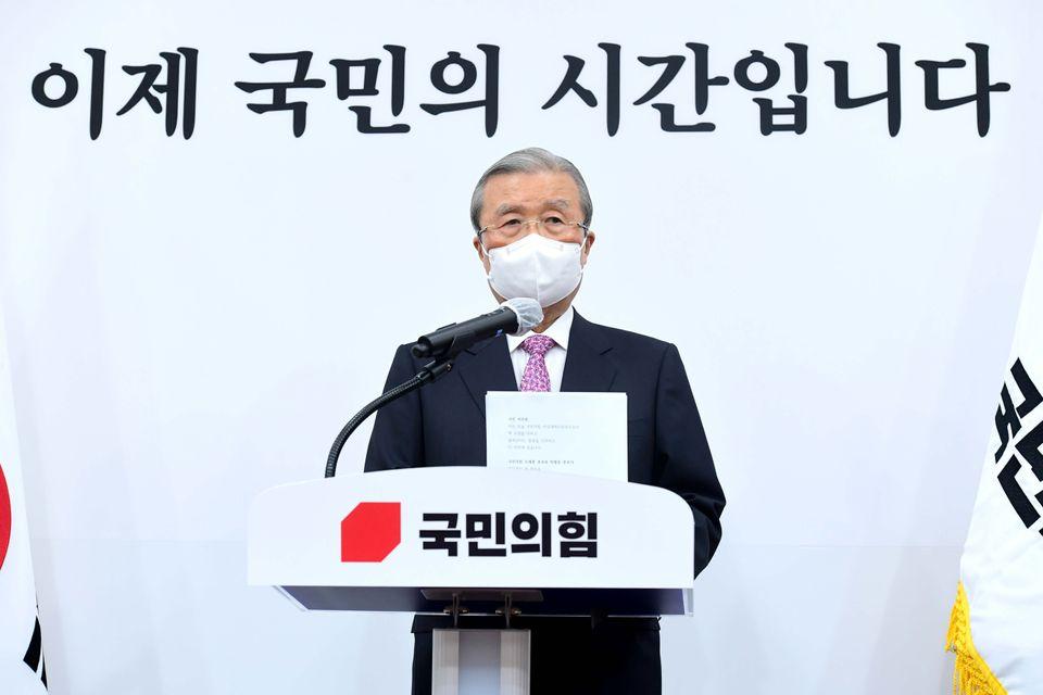 김종인 국민의힘 비상대책위원장이 8일 오전 서울 여의도 국회에서 사퇴 기자회견을 하고 있다.
