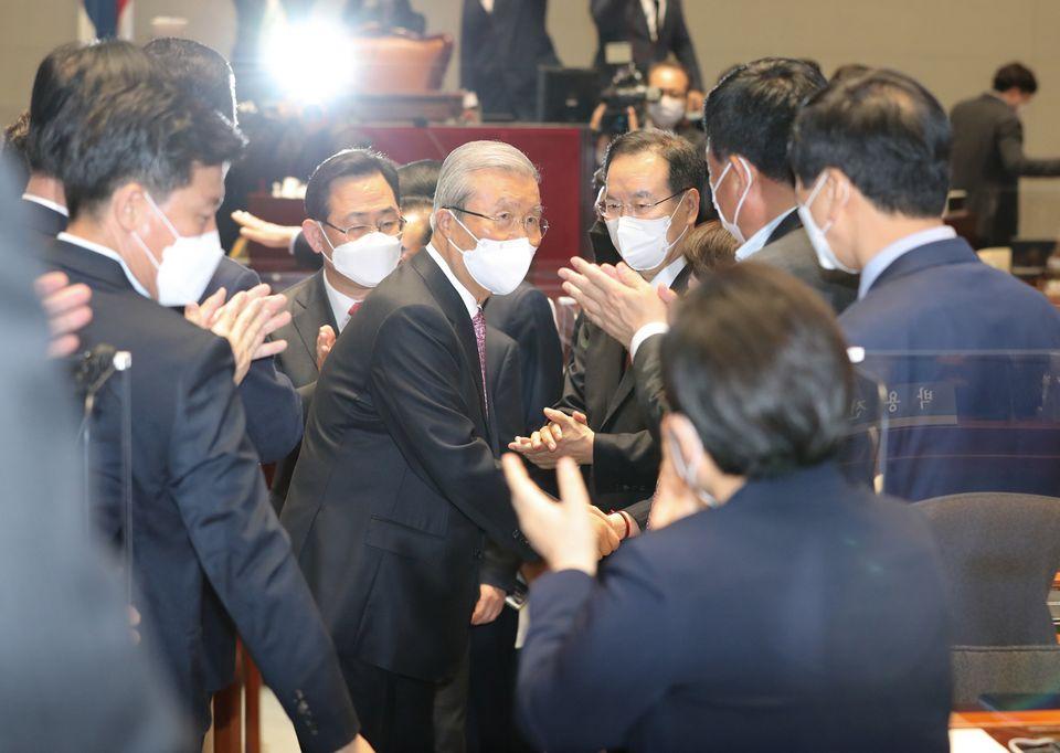 김종인 비대위원장과 국민의힘 의원들.