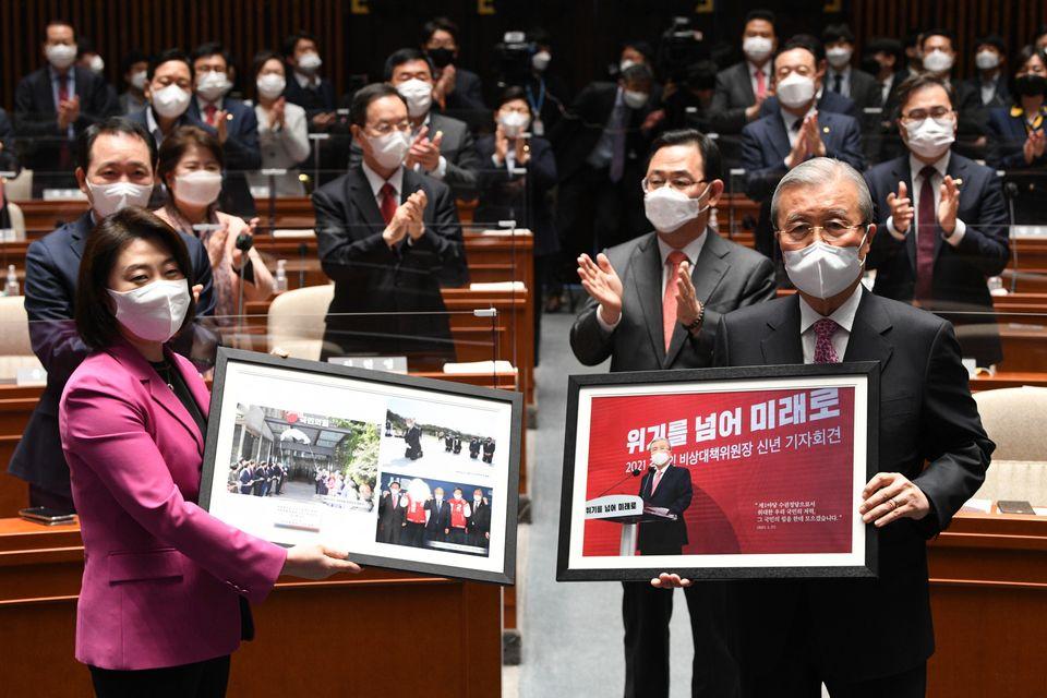 기념 액자를 들고 사진 촬영하는 김종인 위원장.