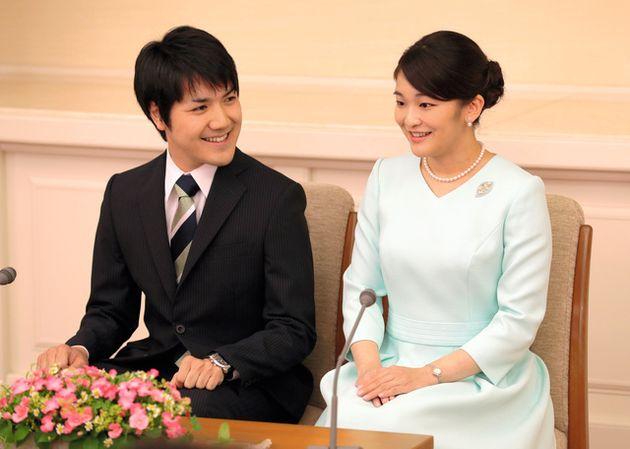 眞子さまと小室圭さん=2017年9月3日、東京・元赤坂、代表撮影
