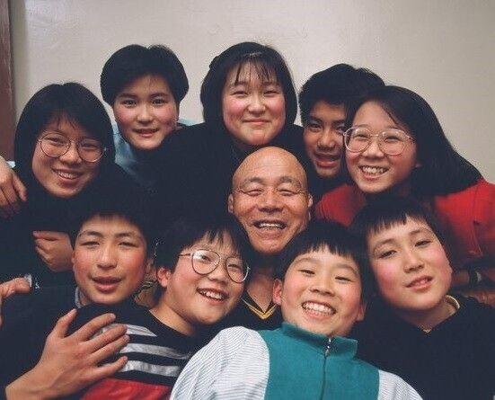 1980년대 중반 레슬러 김일 선생과 박선준(아랫줄 왼쪽에서 두번째 안경쓴 남자아이) 등