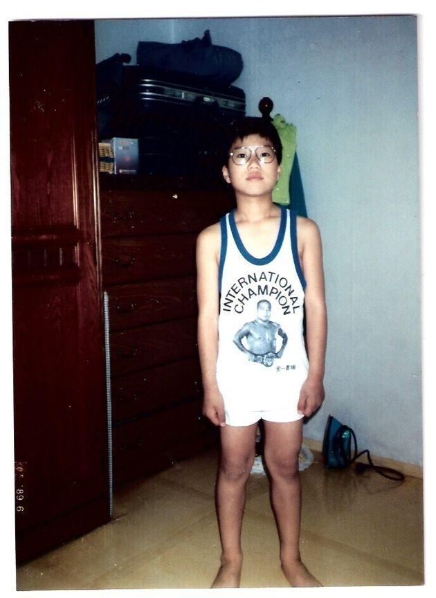 챔피언 벨트를 맨 김일 선수의 모습을 담은 셔츠를 입은 소년 시절의