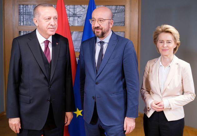 Ue subalterna verso Erdogan, prona a un dittatore