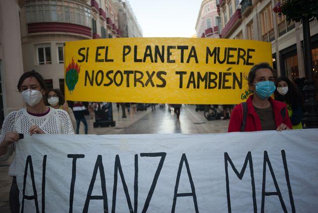 Miembros de Greenpeace manifestándose en
