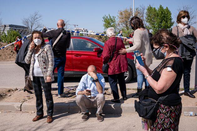La gente espera recibir la vacuna contra el covid a las afueras del Hospital Isabel Zendal en Madrid,...