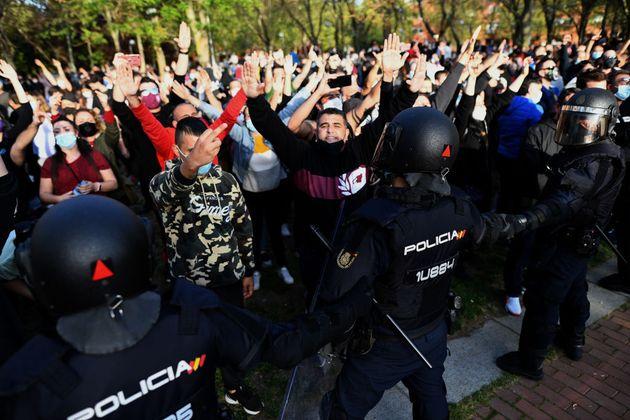 La policía contiene al grupo de antifascistas que se acercó a boicotear el acto de Vox en Vallecas, este