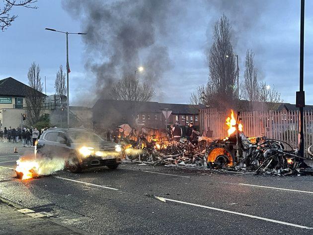 Επιθέσεις σε αστυνομικούς, μολότοφ και καμένα οχήματα - Το Brexit ανάβει το φιτίλι στη Βόρεια