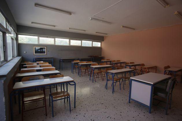 Το μόνο μέτρο που πήραν για το άνοιγμα των σχολείων τα self tests, καταγγέλλει η
