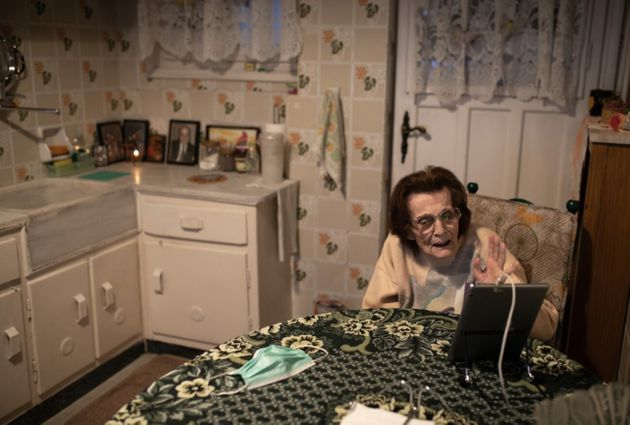 Η κυρία Κωνσταντίνα Βαβουράκη, 85 ετών, συνομιλεί με την εγγονή της μέσω βιντεοκλήσης κατά τη διάρκεια...