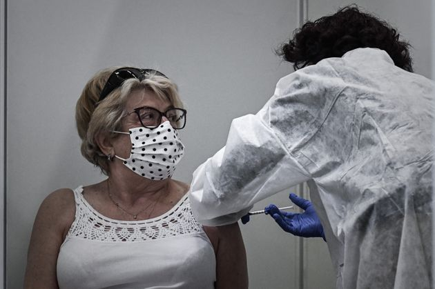 Une femme se fait vacciner avec Pfizer/BioNtech au centre de vaccination contre le Covid-19 au parc des...