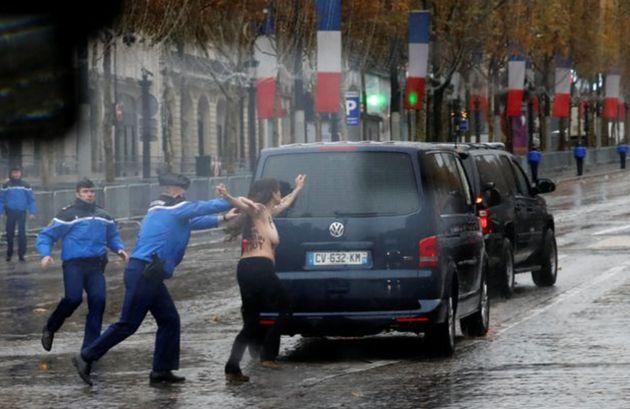 Une Femen perturbant le cortège de Donald Trump en route vers la cérémonie de commémoration du jour de...
