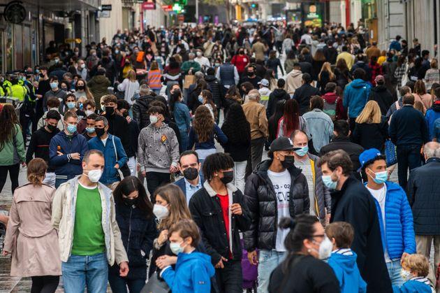 Mucha gente con mascarillas en el centro de Madrid durante la Semana
