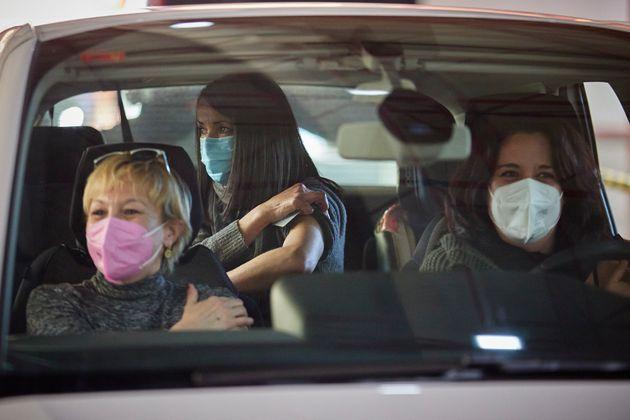 Tres mujeres del ámbito de la educación, recién vacunadas en Armilla (Granada),...
