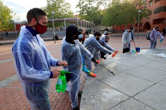 Voluntarios limpian la Plaza