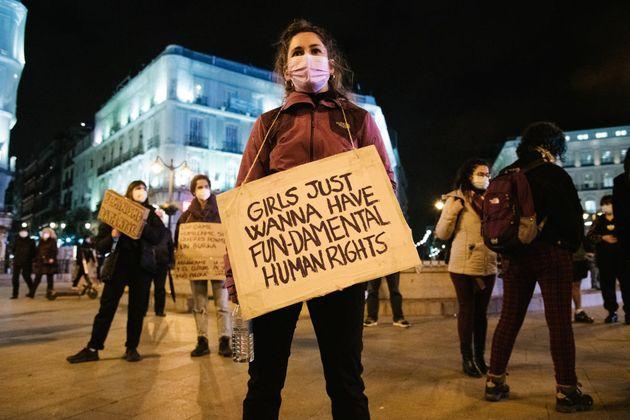 Un grupo de mujeres se manifiesta en el Día de la Mujer en la Puerta del Sol, en