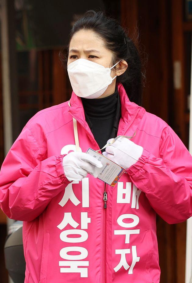 심은하가 서울 중구성동구을에 출마하는 남편 지상욱을 위해 2020년 4월 7일 오후 서울 중구 약수시장에서 유세에 참여하고