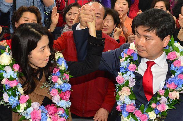 2016년 4월 지상욱씨가 서울 중구성동을 당선이 확정되자 아내 심은하씨와 손을 맞잡아 들어 올리고