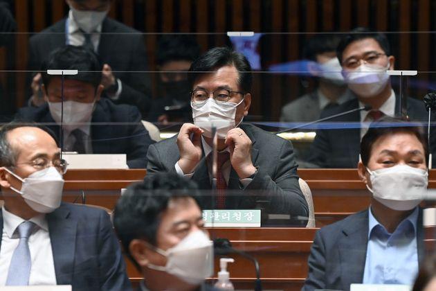 4.7 재보궐선거 개표상활실에서 물의를 빚었던 송언석 국민의힘 의원이 8일 오전 서울 여의도 국회에서 열린 의원총회에 참석했다.