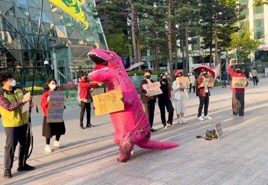 청년기후긴급행동의 마스코트 김공룡이 9일 오후 5시 서울시청 앞 광장에서 오세훈 시장의 기후위기 대응을 촉구하며 춤을 추고