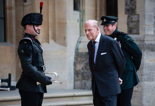 El duque de Edimburgo, a las puertas del castillo de