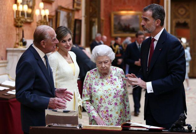 Felipe y Letizia durante una visita de Estado a Reino Unido con el Duque de Edimburgo y la reina Isabel