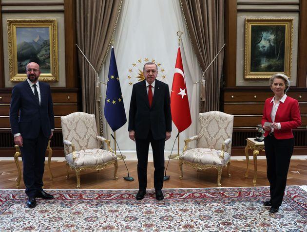 El jefe del Estado turco, Recep Tayyip Erdogan, el presidente del Consejo Europeo, Charles Michel, y...