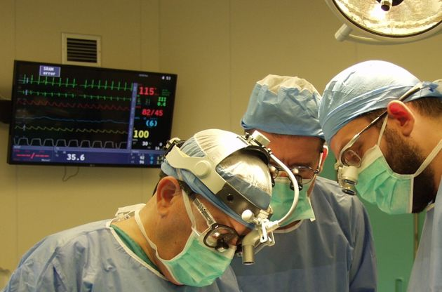 Ο κ. Σαρρής χειρουργεί μαζί με την ομάδα του.
