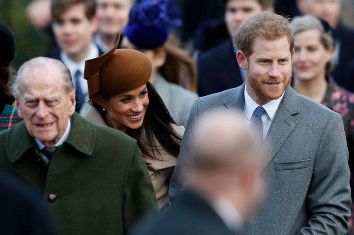 El duque de Edimburgo, Harry y Meghan a la salida de la misa de Navidad, en 2017