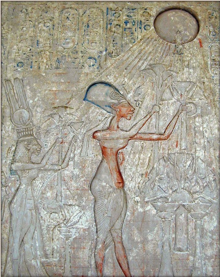Akenatón y su familia adorando a Atón.
