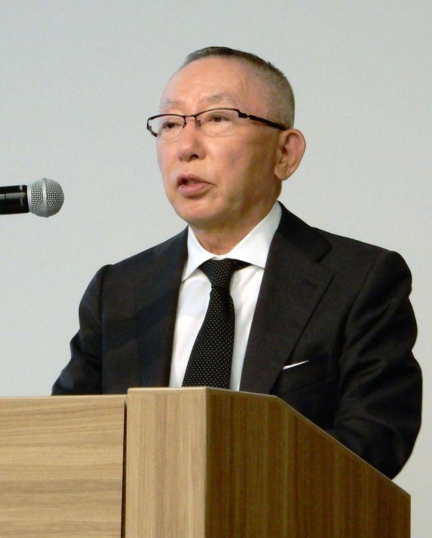 記者会見するファーストリテイリングの柳井正会長兼社長