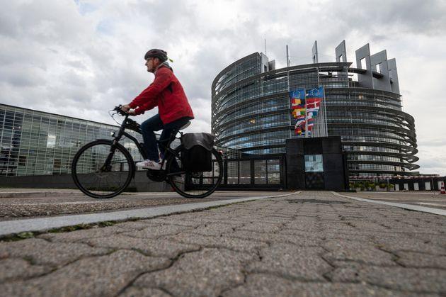 Un homme fait du vélo devant le Parlement européen à Strasbourg, dans l'est de la...