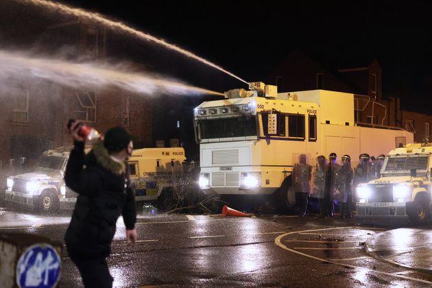 Τι συμβαίνει στη Βόρεια Ιρλανδία και γιατί αναζωπυρώθηκε μια μάχη