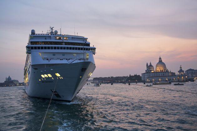 12/10/2019 Venezia, La nave MSC Sinfonia accompagnata dai rimorchiatori