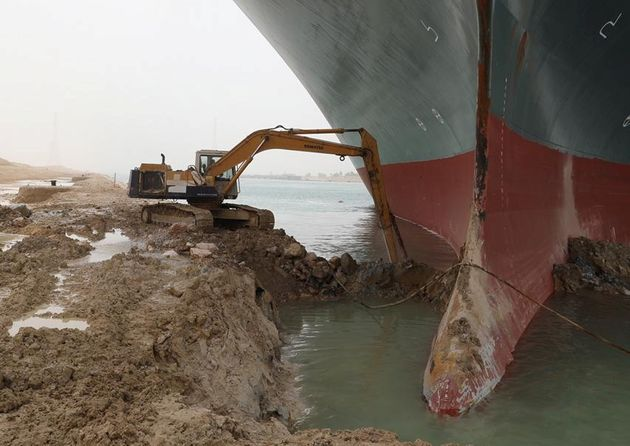 La excavadora intentando liberar el Ever Given en el Canal de